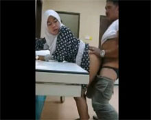 Mujer árabe abusada sexual en la camilla de un hospital - Amateur